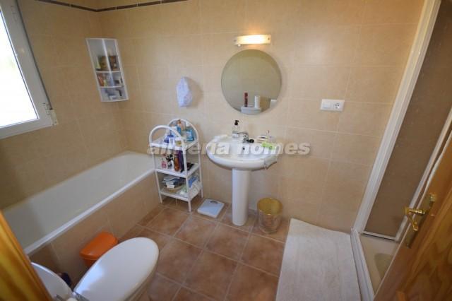 Villa in arboleas villa marga almeria homes ah 10425 huis te koop in arboleas - Betegelde ensuite marmeren badkamers ...