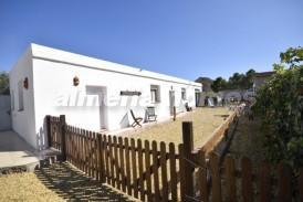 Villa Brown: Villa en venta en Cantoria, Almeria