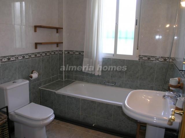 Villa in arboleas villa almagra almeria homes ah 7061 huis te koop in arboleas - Betegelde ensuite marmeren badkamers ...