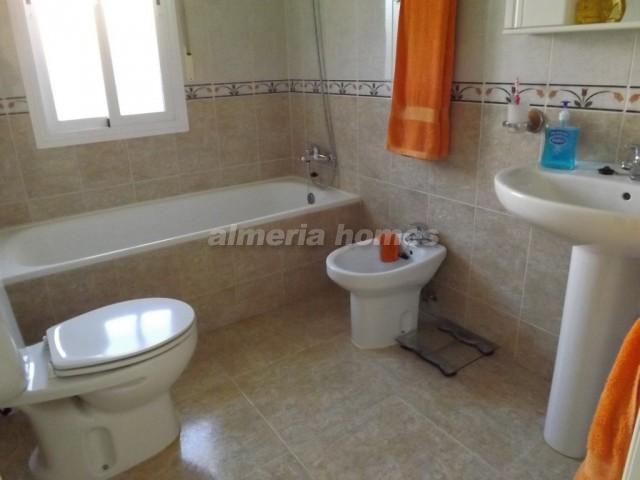 Villa in la alfoquia villa alfo almeria homes ah 7332 huis te koop in la alfoquia - Betegelde ensuite marmeren badkamers ...